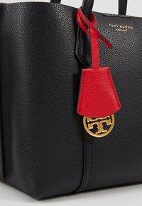 Tory Burch - PERRY SMALL TRIPLE COMPARTMENT TOTE - Bolso de mano - black - 6