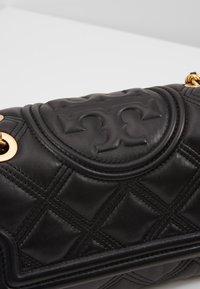 Tory Burch - FLEMING SOFT SMALL CONVERTIBLE SHOULDER BAG - Taška spříčným popruhem - black - 6