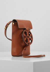 Tory Burch - MILLER PHONE CROSSBODY - Bandolera - aged camello - 3