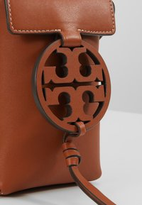 Tory Burch - MILLER PHONE CROSSBODY - Bandolera - aged camello - 6