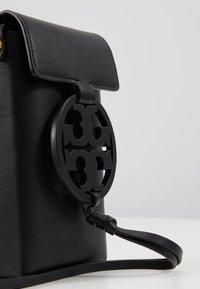 Tory Burch - MILLER PHONE CROSSBODY - Taška spříčným popruhem - black - 2