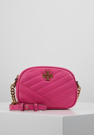KIRA CHEVRON SMALL CAMERA BAG - Bandolera - crazy pink