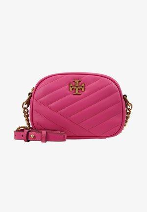 KIRA CHEVRON SMALL CAMERA BAG - Schoudertas - crazy pink