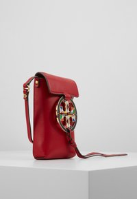 Tory Burch - MILLER PHONE CROSSBODY  - Taška s příčným popruhem - red apple - 3