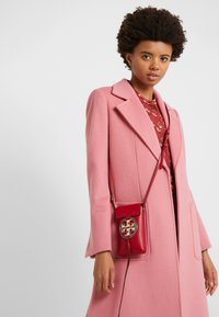 Tory Burch - MILLER PHONE CROSSBODY  - Taška s příčným popruhem - red apple - 1