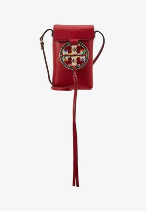 MILLER PHONE CROSSBODY  - Taška spříčným popruhem - red apple