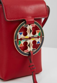 Tory Burch - MILLER PHONE CROSSBODY  - Taška s příčným popruhem - red apple - 6