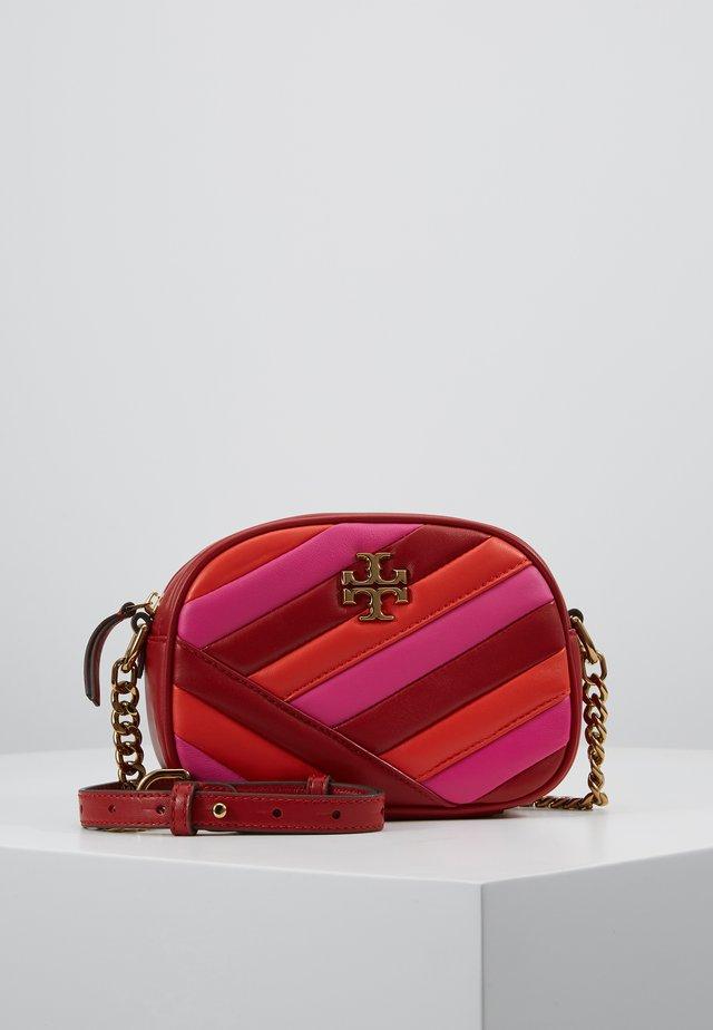 KIRA CHEVRON COLOR BLOCK SMALL CAMERA BAG - Taška spříčným popruhem - red apple/bright samba/pink