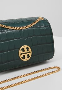 Tory Burch - CHELSEA EMBOSSED EVENING BAG - Torba na ramię - norwood - 6