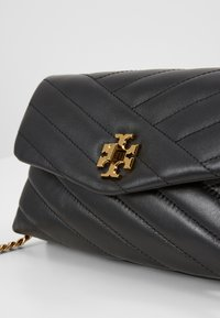 Tory Burch - KIRA CHEVRON CHAIN WALLET - Schoudertas - black - 2