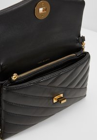 Tory Burch - KIRA CHEVRON CHAIN WALLET - Schoudertas - black - 4