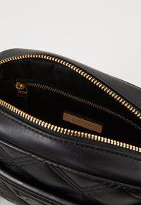 Tory Burch - FLEMING SOFT CAMERA BAG - Across body bag - black - 4