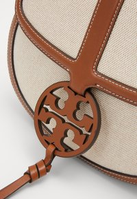 Tory Burch - MILLER QUADRANT SADDLEBAG - Across body bag - classic cuoio - 3
