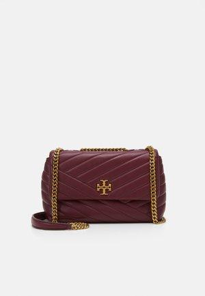 KIRA CHEVRON SMALL CONVERTIBLE SHOULDER BAG - Taška spříčným popruhem - imperial garnet