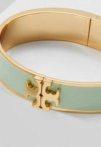 Tory Burch - RAISED LOGO THIN HINGED BRACELET - Armband - spring mint/gold-coloured - 4