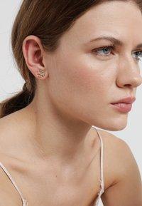 Tory Burch - LOGO EARRING - Náušnice - gold-coloured /crystal - 1