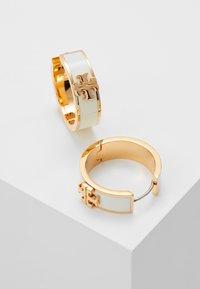 Tory Burch - KIRA HUGGIE EARRING - Orecchini - tory gold-coloured/new ivory - 2