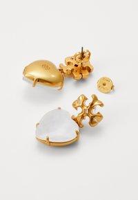 Tory Burch - CARVED KIRA HEART EARRING - Earrings - rolled brass / white crystal - 2