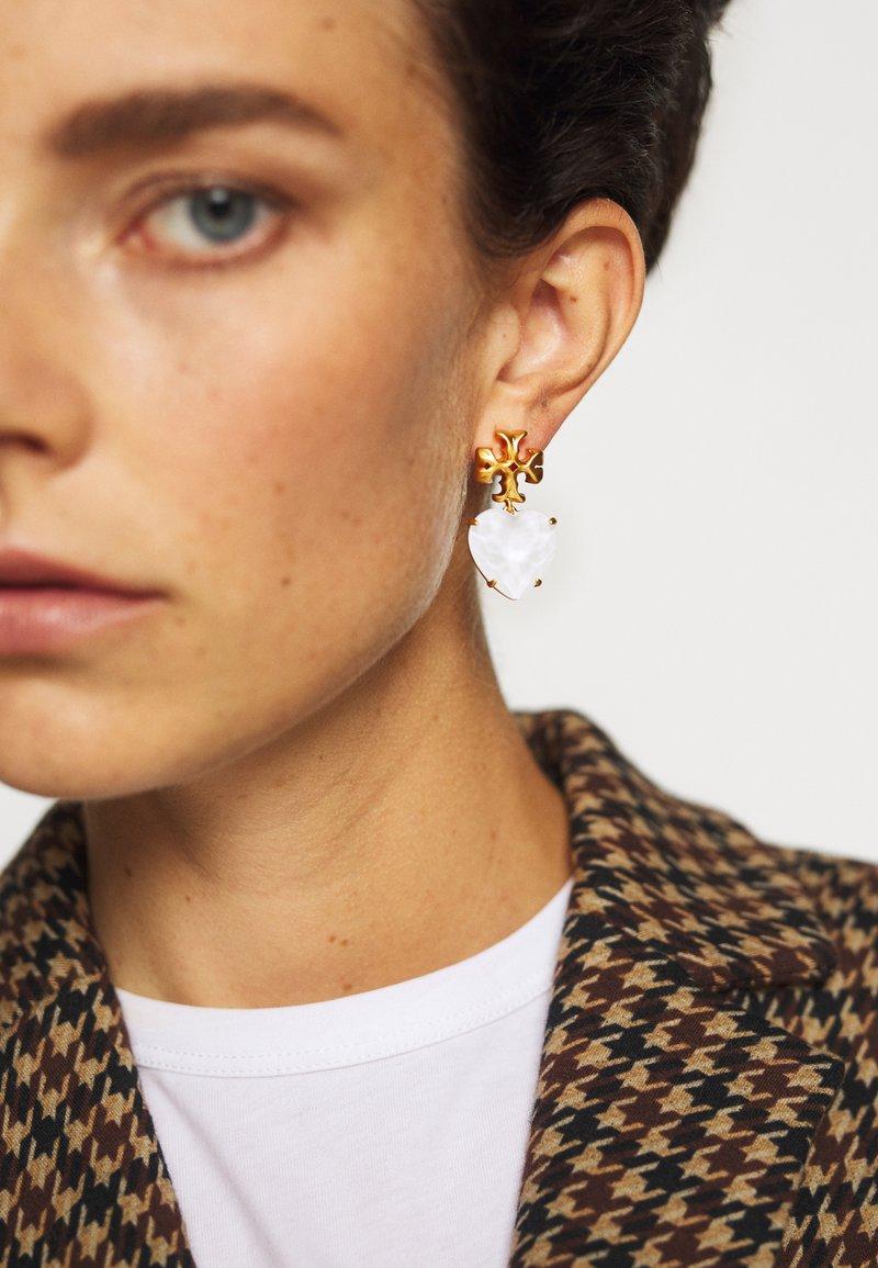 Tory Burch - CARVED KIRA HEART EARRING - Earrings - rolled brass / white crystal