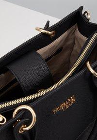 Trussardi Jeans - CHARLOTTE TOP HANDLE TUMBLED - Kabelka - black - 5