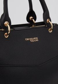 Trussardi Jeans - CHARLOTTE TOP HANDLE TUMBLED - Kabelka - black - 2