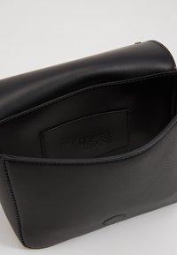 Trussardi Jeans - DAFNE BELT BAG MICRO STUDS - Ledvinka - black - 4
