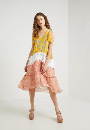 FLOWER CHILD DRESS - Denní šaty - coral pink