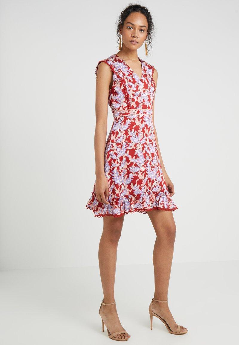Three Floor - V NECK PRINT DRESS - Freizeitkleid - coral pink