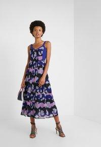 Three Floor - MAGRITTE DRESS - Freizeitkleid - spectrum blue/violet/black - 1