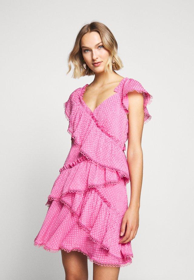 ELUSIVE DRESS - Vardagsklänning - aurora pink