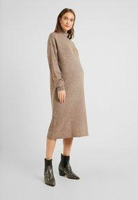 Topshop Maternity - DRESS - Stickad klänning - mink - 0