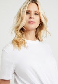 Topshop Maternity - KNOT FRONT TEE - T-shirt con stampa - white - 3