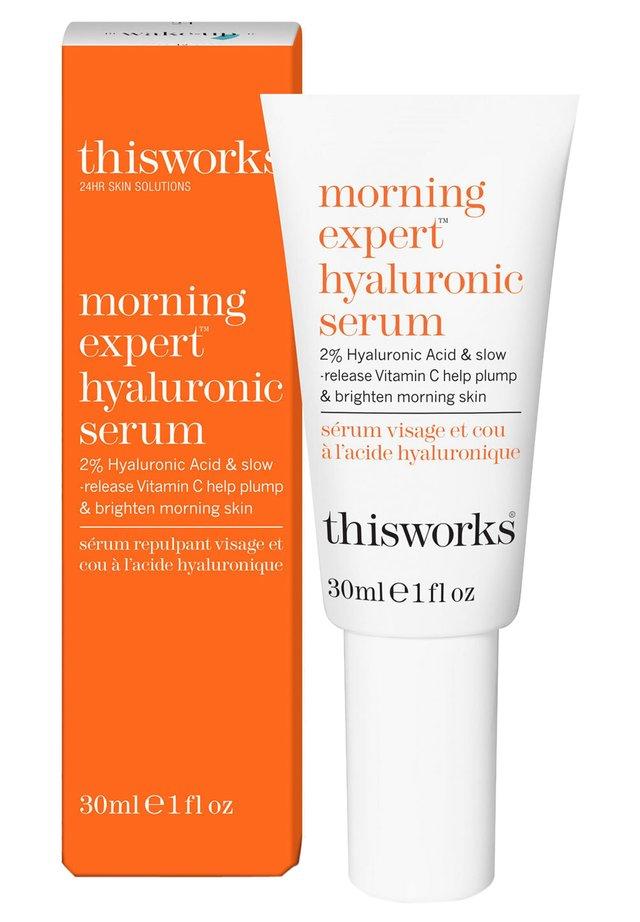 THIS WORKS MORNING EXPERT HYALURONIC SERUM - Serum - -