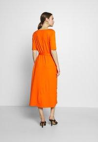 mine to five TOM TAILOR - DRESS WITH CARREE NECK - Jerseyklänning - fiery orange - 2
