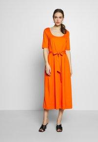 mine to five TOM TAILOR - DRESS WITH CARREE NECK - Jerseyklänning - fiery orange - 0