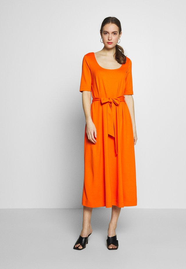 DRESS WITH CARREE NECK - Jersey dress - fiery orange