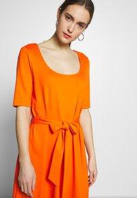 mine to five TOM TAILOR - DRESS WITH CARREE NECK - Jerseyklänning - fiery orange - 3