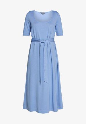 DRESS WITH CARREE NECK - Sukienka z dżerseju - dreamy blue