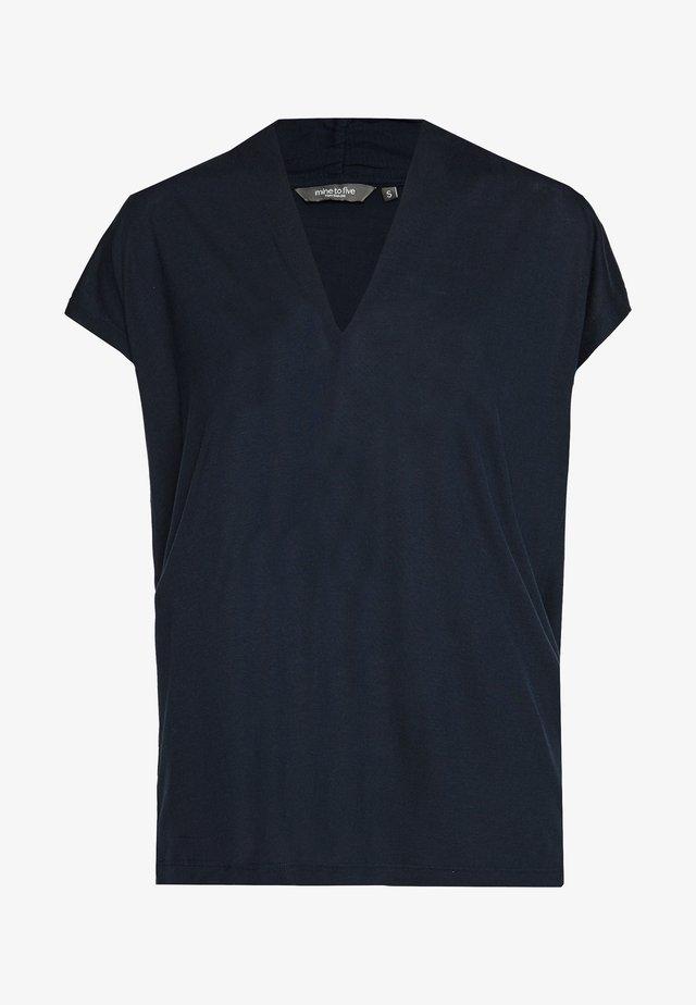 FEMININE  - T-shirt z nadrukiem - sky captain blue