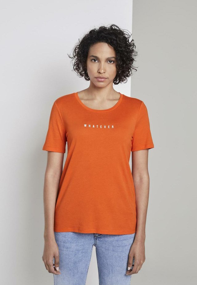 MIT SCHRIFT-PRINT - Print T-shirt - fiery orange