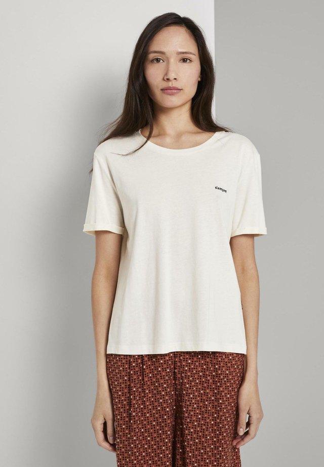 MIT KLEINER STICKEREI - Basic T-shirt - white horse