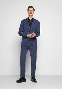 Tommy Hilfiger Tailored - SLIM FIT PEAK LAPEL SUIT - Garnitur - blue - 0
