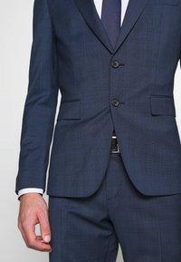Tommy Hilfiger Tailored - PEAK LAPEL CHECK SUIT SLIM FIT - Garnitur - blue - 7