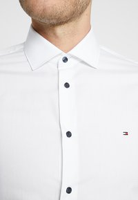 Tommy Hilfiger Tailored - POPLIN CLASSIC SLIM FIT - Camicia elegante - white - 6