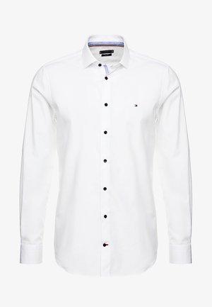 POPLIN CLASSIC SLIM FIT - Formální košile - white