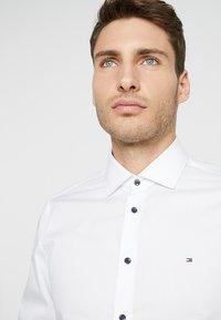 Tommy Hilfiger Tailored - POPLIN CLASSIC SLIM FIT - Camicia elegante - white - 4