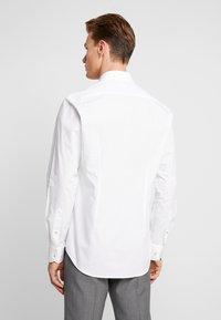 Tommy Hilfiger Tailored - POPLIN CLASSIC SLIM FIT - Camicia elegante - white - 2