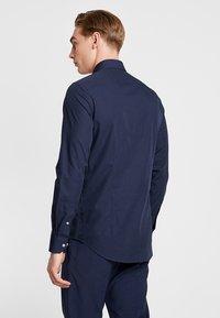 Tommy Hilfiger Tailored - POPLIN CLASSIC SLIM FIT - Koszula biznesowa - blue - 2