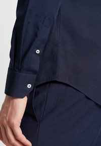 Tommy Hilfiger Tailored - POPLIN CLASSIC SLIM FIT - Koszula biznesowa - blue - 5