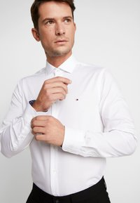 Tommy Hilfiger Tailored - POPLIN CLASSIC SLIM SHIRT - Formal shirt - white - 5